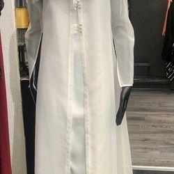 Bela saten haljina sa til mantilom (broj 38)