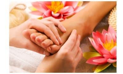 Estetski pedikir sa lakiranjem + masaža stopala (15 minuta)