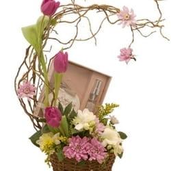 8.mart - Dan žena - cvetni aranžman u korpi sa mirisnim poklonom