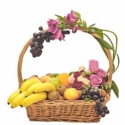8.mart - Dan žena - cvetni aranžman u korpi sa voćem