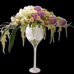 Cveće za venčanje - Raskošan cvetni aranžman na staklenoj posudi