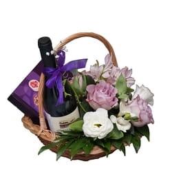 Dekoracija venčanja - cveće za venčanje - cvetni aranžman u korpi sa cvećem i vinom
