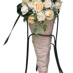 Cveće za venčanje - aranžman od ruža u unikatnoj keramičkoj posudi