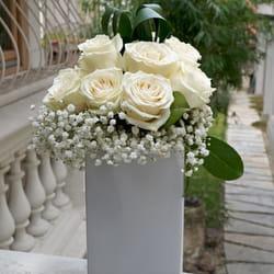 Cveće za venčanje - Predivne ruže u beloj italijanskoj vazi