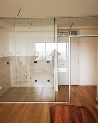 Staklena pregrada između dnevne sobe i kuhinje