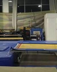 Treniranje gimnastike - vežba na trambolini