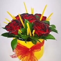 Cvetni aranzman sa crvenim ruzama
