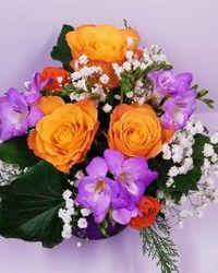 Frezije i ruže u kutiji