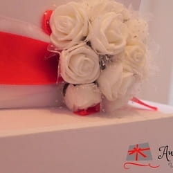 Ukrasni cvetići kao dekoracija na ukrasnoj kutiji