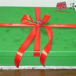 Zelena ukrasna kutija sa crvenom mašnom