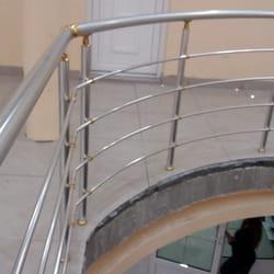 Aluminijumska ograda sa zlatnim elementima