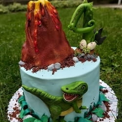 Dečija torta sa figuricama dinosaurusa i vulkanom