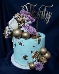 Rođendanska torta sa buketom ruža