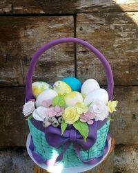 Svečana torta u obliku korpe za jaja i sa cvećem