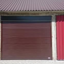 Garazna vrata na daljisnki u smedjoj boji