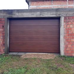 Garazna vrata u boji drveta