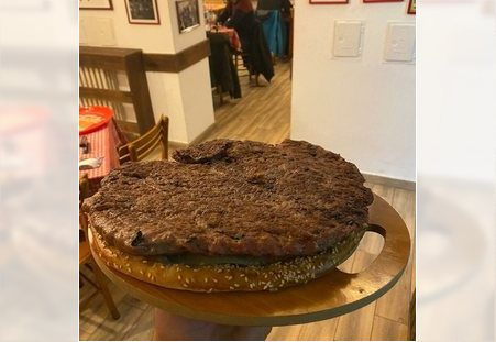 Pljeskavica od kilogram u kafani Pavle Korcagin