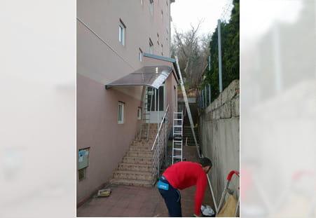 Izrada nadstresnica na ulazu zgrade