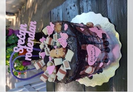Torta sa roze detaljima