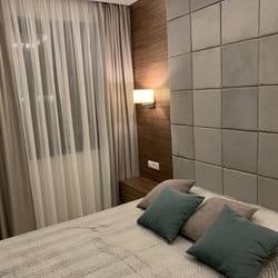 Krevet sa zidnom oblogom.