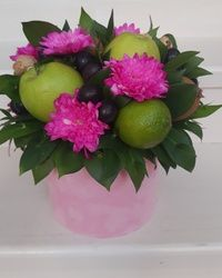 Aranžman sa voćem i cvećem