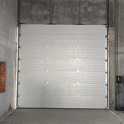 Industrijska garazna vrata sa bocnim motoro.
