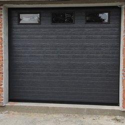 Garaža vrata sa plafoniskim motorom i prozorima.